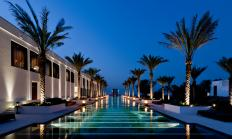 the chedi muscat aussenpool nacht
